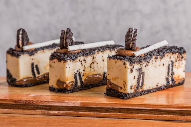 Шоколадный и ореховый торт на деревянном столе
