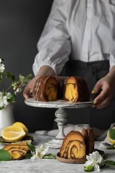 스탠드에 초콜릿과 호박 번트 케이크와 레몬 향