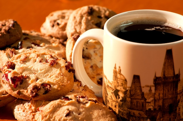 一杯のコーヒーとチョコレートとイチゴのクッキー