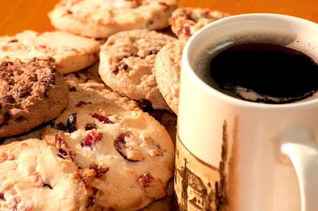한 잔의 커피와 초콜릿과 딸기 쿠키