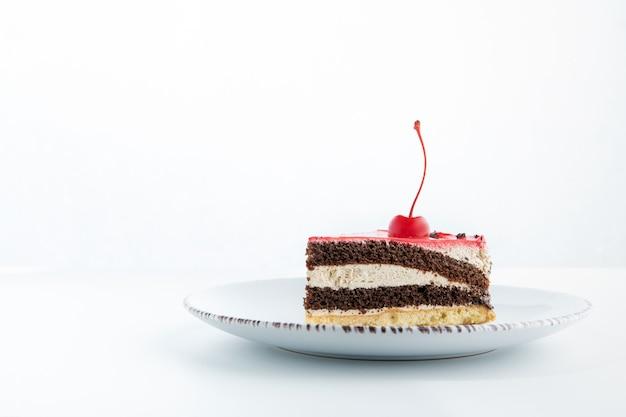 チョコレートとバニラのケーキを細かく切ったもの。上に桜があります。ケーキの側面図