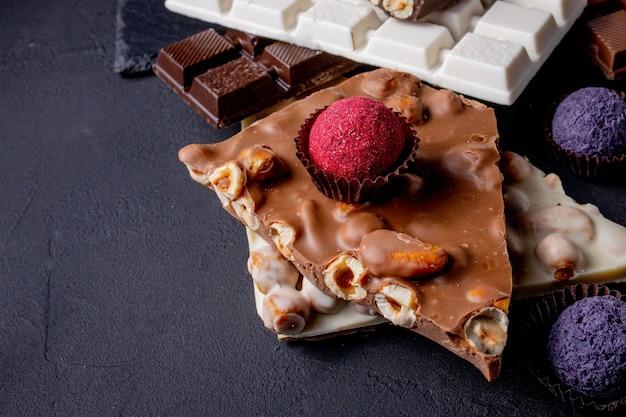초콜릿. 화이트, 다크, 밀크 초콜릿의 고급 초콜릿 모듬. 프랄린 초콜릿 과자.