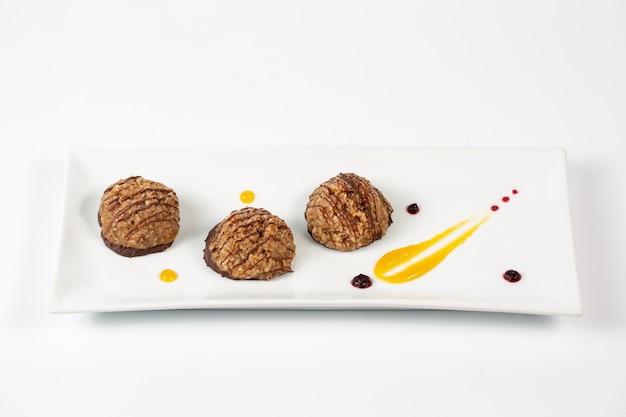 Шоколадные шарики десерт на тарелке