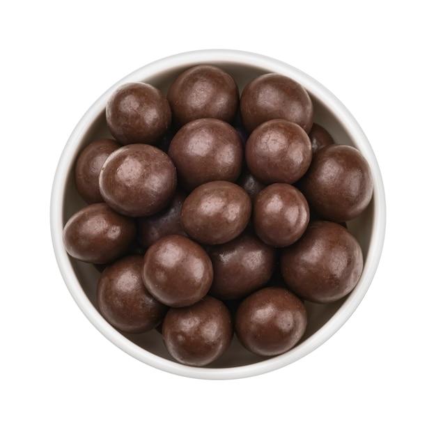 흰색 배경에 고립 된 그릇에 초콜릿 공