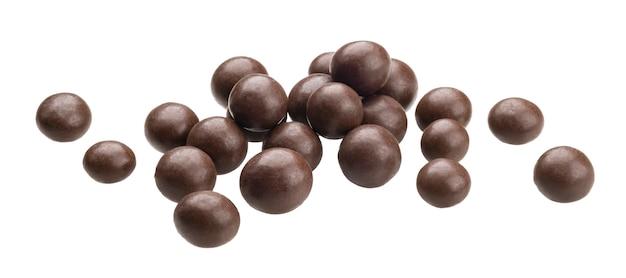 Шоколадные шарики, изолированные на белом фоне
