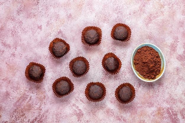 ココアパウダーとチョコレートボール。