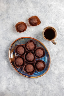 Шоколадные шарики с какао-порошком.