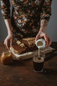 木製のまな板にチョコレートバナナブレッド