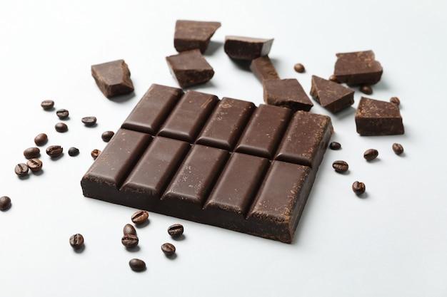 Плитка шоколада и семена кофе