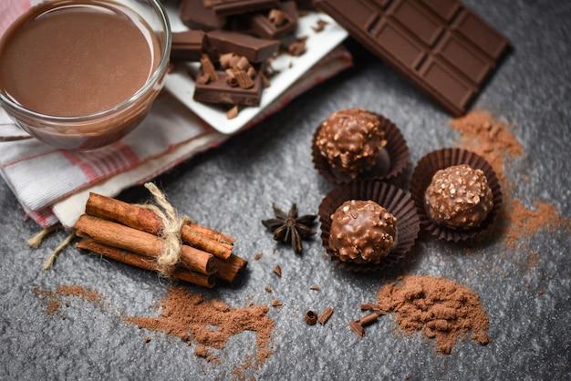 Шоколадный батончик со специями и шоколадные шарики и кусочки шоколада