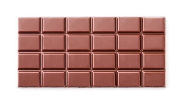 Шоколадный батончик крупным планом на белом фоне изолированы. вид сверху