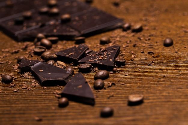 Barretta di cioccolato e chicchi di caffè