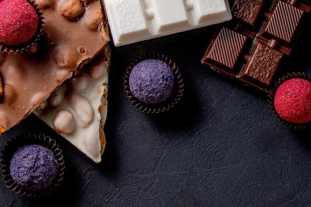 초콜릿 바, 으깬 다크 초콜릿과 견과류 조각. 프랄린 초콜릿 과자.