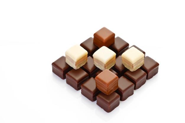 Плитка шоколада на белом фоне