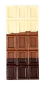 白で隔離されるチョコレート ・ バー