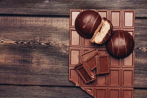 Плитка шоколада на столе