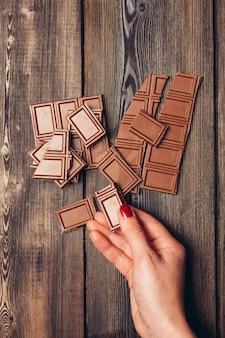 木製のテーブルのチョコレートバー