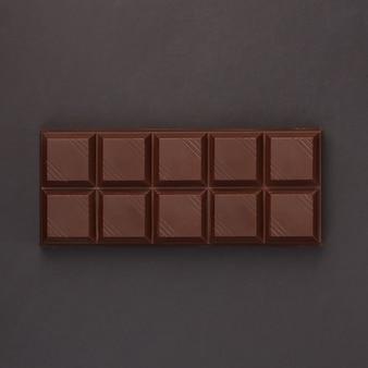 Плитка шоколада на черном фоне - вид сверху
