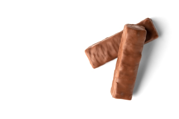 Плитка шоколада с карамелью и арахисом, изолированные на белом фоне