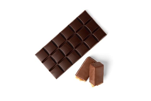 Плитка шоколада с карамелью и арахисом