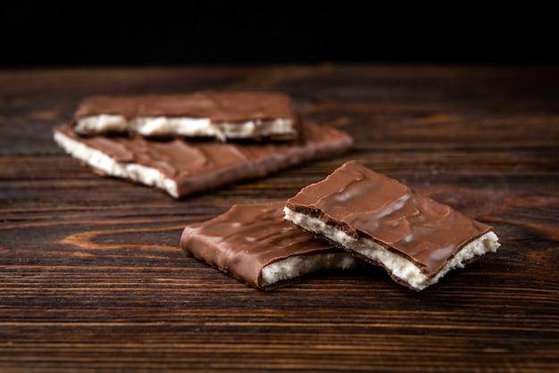 Шоколадная плитка с кокосовой начинкой на деревянном.