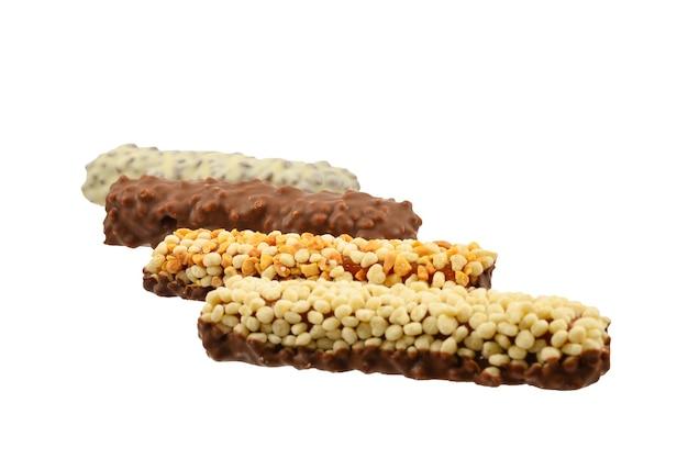 白い背景で隔離のナッツとチョコレートバー