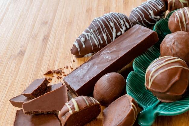 木製のテーブルの上のチョコレートバー、チョコレート、トリュフ-書くためのスペース