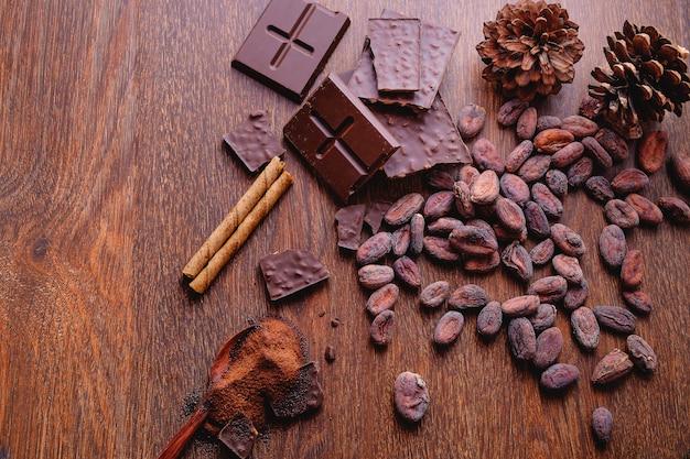 チョコレートパウダーとカカオ豆の入ったチョコレートバー。