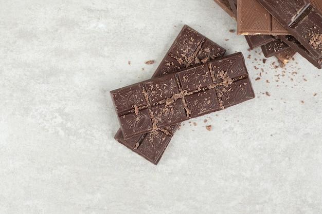 Barrette di cioccolato con noci su superficie di marmo