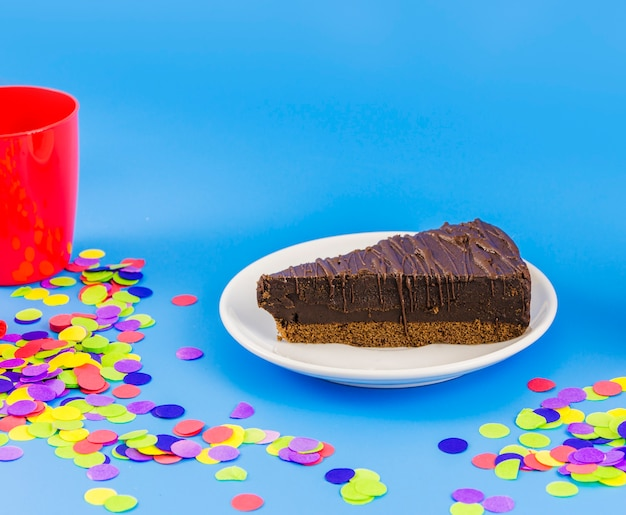 색종이와 초콜릿 생일 케이크