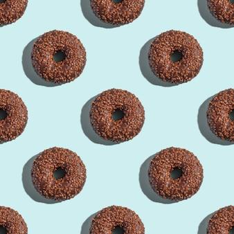 Шоколадно-коричневые пончики с окропляет