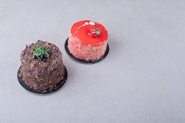 暗い表面にチョコレートブラウニーとストロベリーケーキ