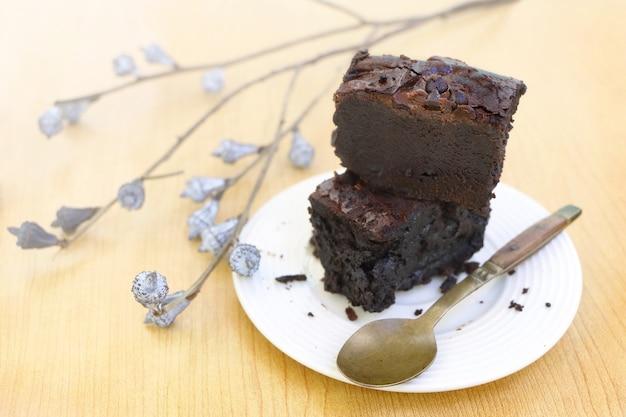 흰 접시에 초콜릿 브라 우 니