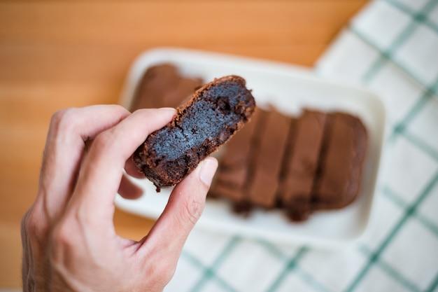 Шоколадное пирожное на разделочной доске