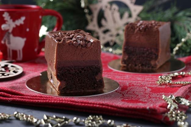 라즈베리 콩피와 커피 무스가 들어간 초콜릿 브라 우니는 새해 표면에 미식가 초콜릿 유약을 덮었습니다.