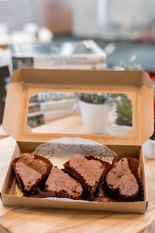 配達の準備ができている紙箱のチョコレートブラウニー