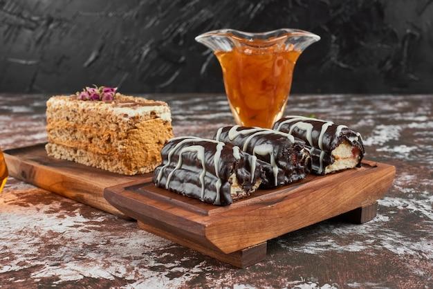 木の板にチョコレートブラウニー。