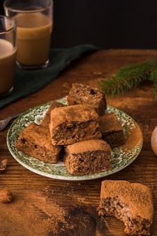 Brownies al cioccolato sulla fine del piatto su