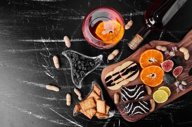 Brownies al cioccolato con frutta di stagione e un bicchiere di vino.