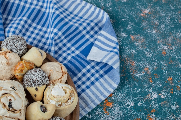 Biscotti al cioccolato e burro su un asciugamano controllato blu.