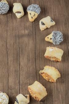 Biscotti al cioccolato e burro in fila su un tavolo di legno.