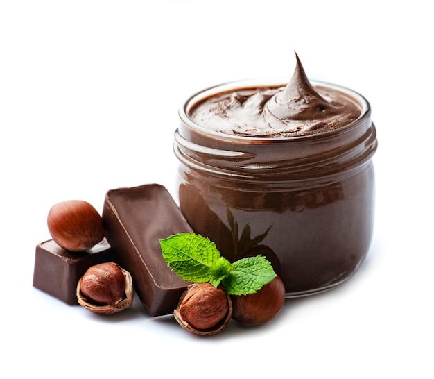 Шоколадное масло с фундуком на белом фоне. здоровый завтрак.