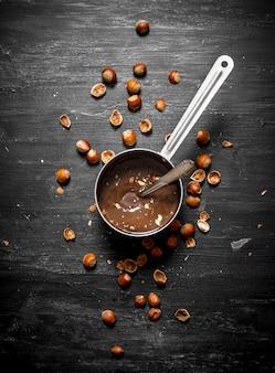 Шоколадное масло с фундуком на сковороде.