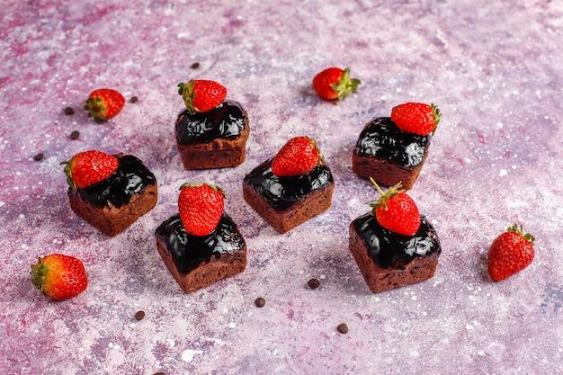 초콜릿 소스와 과일, 딸기와 함께 초콜릿 케이크 물린.