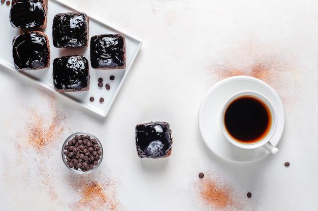 Шоколадные кусочки торта с шоколадным соусом и с фруктами, ягодами.