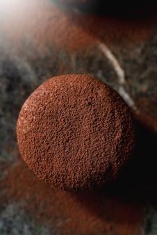 Шоколадный торт десертная монопорция на каменном подносе.
