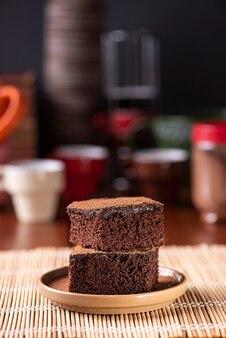 테이블에 조각 초콜릿 케이크