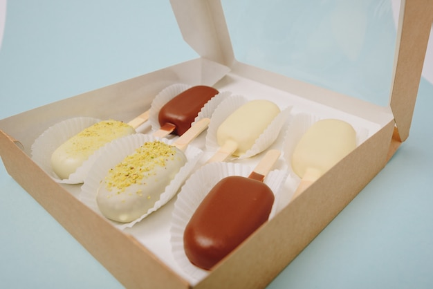 ボックスのスティックにアイスクリームの形のチョコレートケーキ