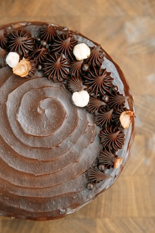 나무 테이블에 느슨한 반죽으로 만든 초콜릿 케이크. 카라멜을 채운 슬라이스 케이크.