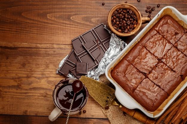 베이킹 시트에 초콜릿 케이크
